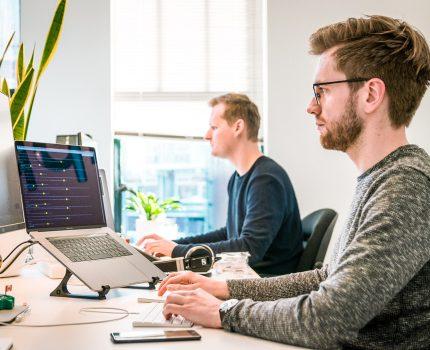 Meble biurowe a zdrowie pracownika – jaki mają wpływ?